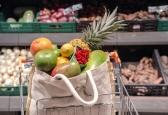 Świadome zakupy: kupowanie na wagę czy w opakowaniach?