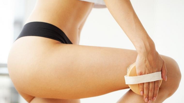 Jak wykonać masaż szczotką do ciała? Szczotkowanie na sucho