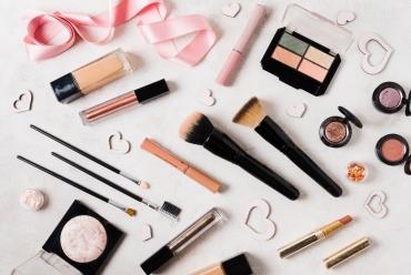 Jak bezpiecznie przechowywać kosmetyki?