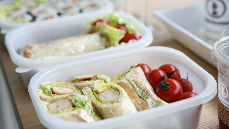 W co zapakować jedzenie na wyjazd?