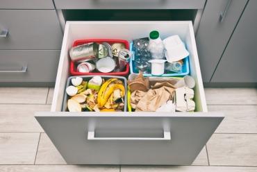 Segregacja odpadów w szufladzie – jak zorganizować?