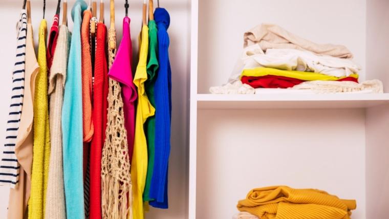 Szafa minimalistki, czyli jak ograniczyć ilość ubrań?